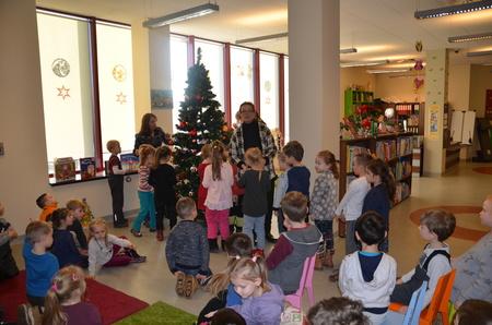 Przed zapaleniem choinki - świąteczne spotkanie w Oddziale dla Dzieci